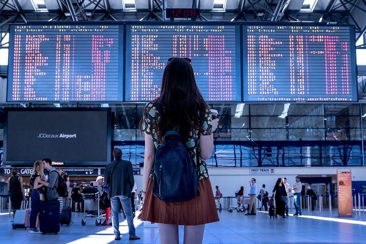 Cómo conseguir pasajes de avión baratos - Worldpackers - mujer en el aeropuerto