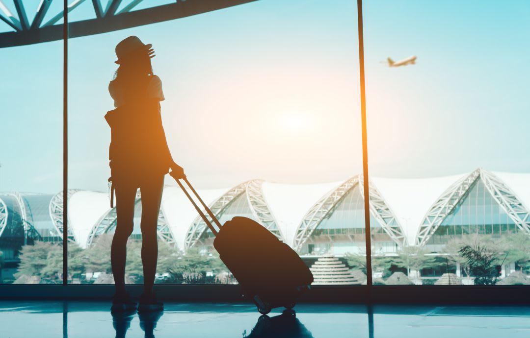 Cómo puedes aprender un idioma viajando - Worldpackers - mujer viajera en aeropuerto