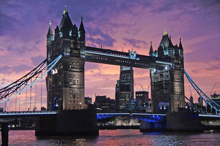 Guía para visitar Londres con poco dinero - Worldpackers - puente en londres de noche