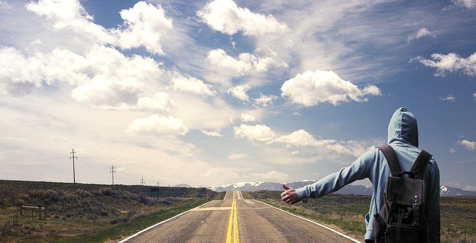 Cómo viajar sin gastar dinero - Worldpackers - hacer autostop en la carretera