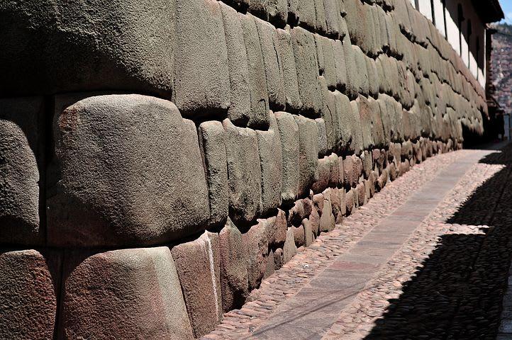 guía para mochileros sobre cómo viajar barato a Cusco - worldpackers - piedra Inca cusco