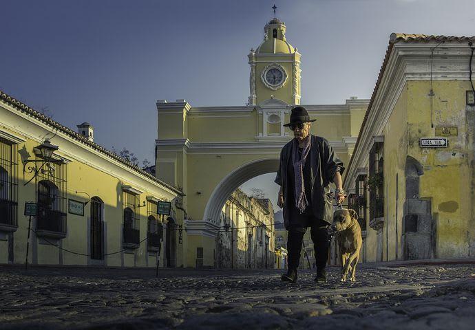 Ruta para recorrer Centroamérica como mochilero - Worldpackers - hombre con su perro en Antigua Guatemala