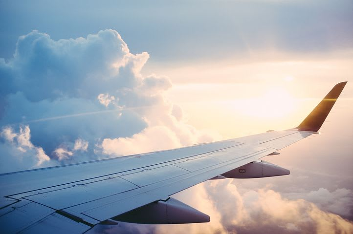 Cómo conseguir pasajes de avión baratos - Worldpackers - avion en el cielo
