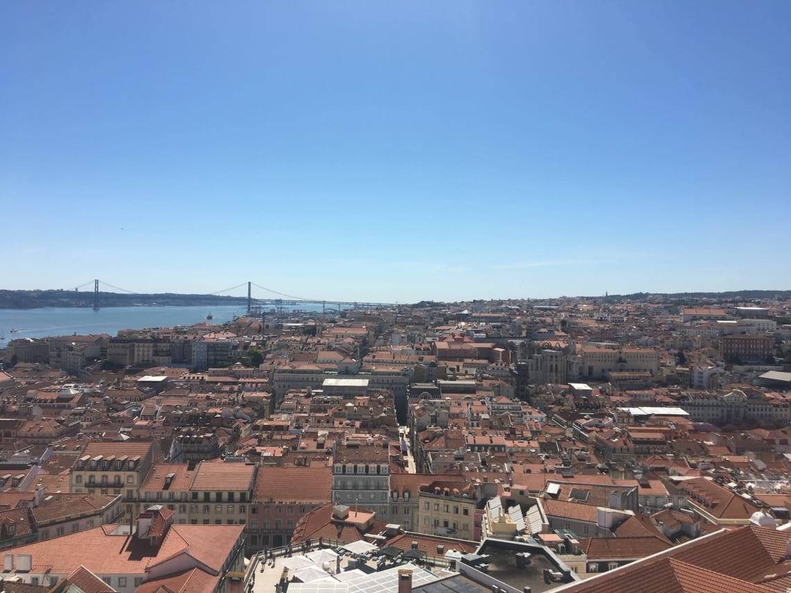 Qué visitar en Lisboa y sus alrededores - Worldpackers - vista de tejados en lisboa, portugal