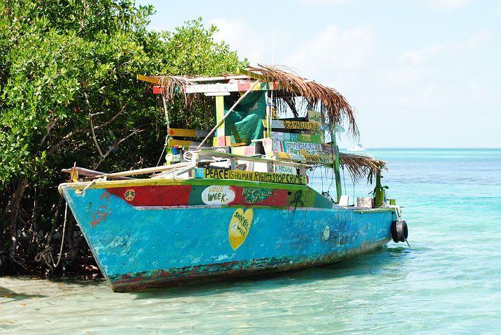 Ruta para recorrer Centroamérica como mochilero - Worldpackers - barco en mar azul en belice