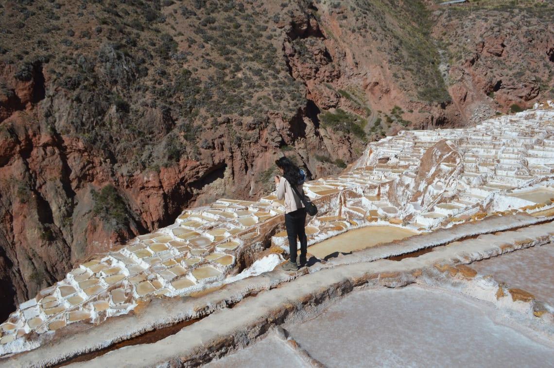 Ruta mochilera para visitar Perú: qué hacer y recomendaciones - Worldpackers - salinas de maras en perú