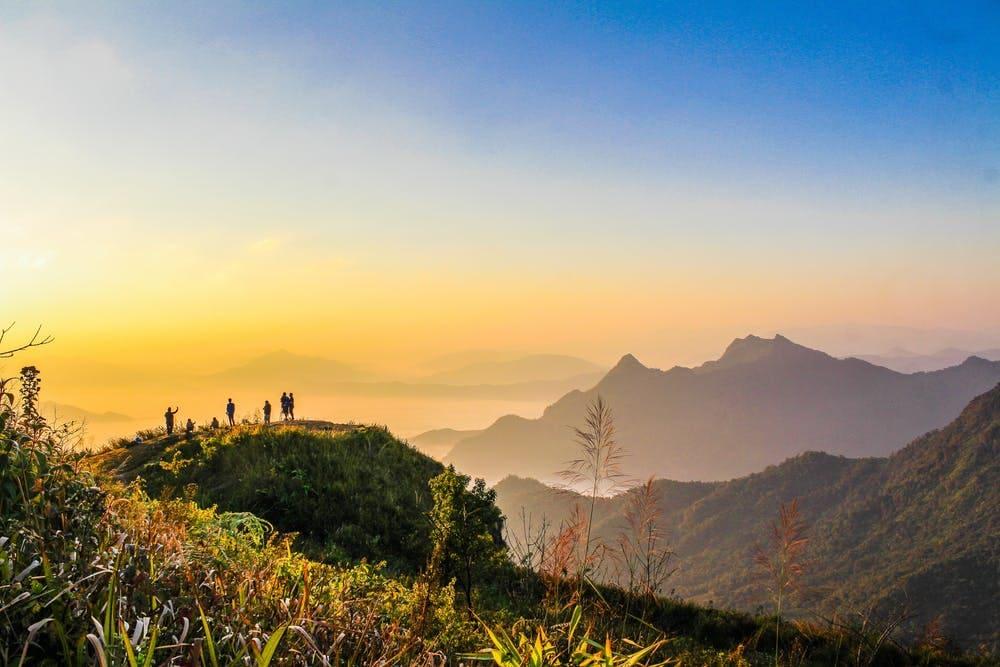 Qué ver en el norte de España: más de 15 lugares sorprendentes - Worldpackers - viajeros viendo el amanecer sobre una montaña