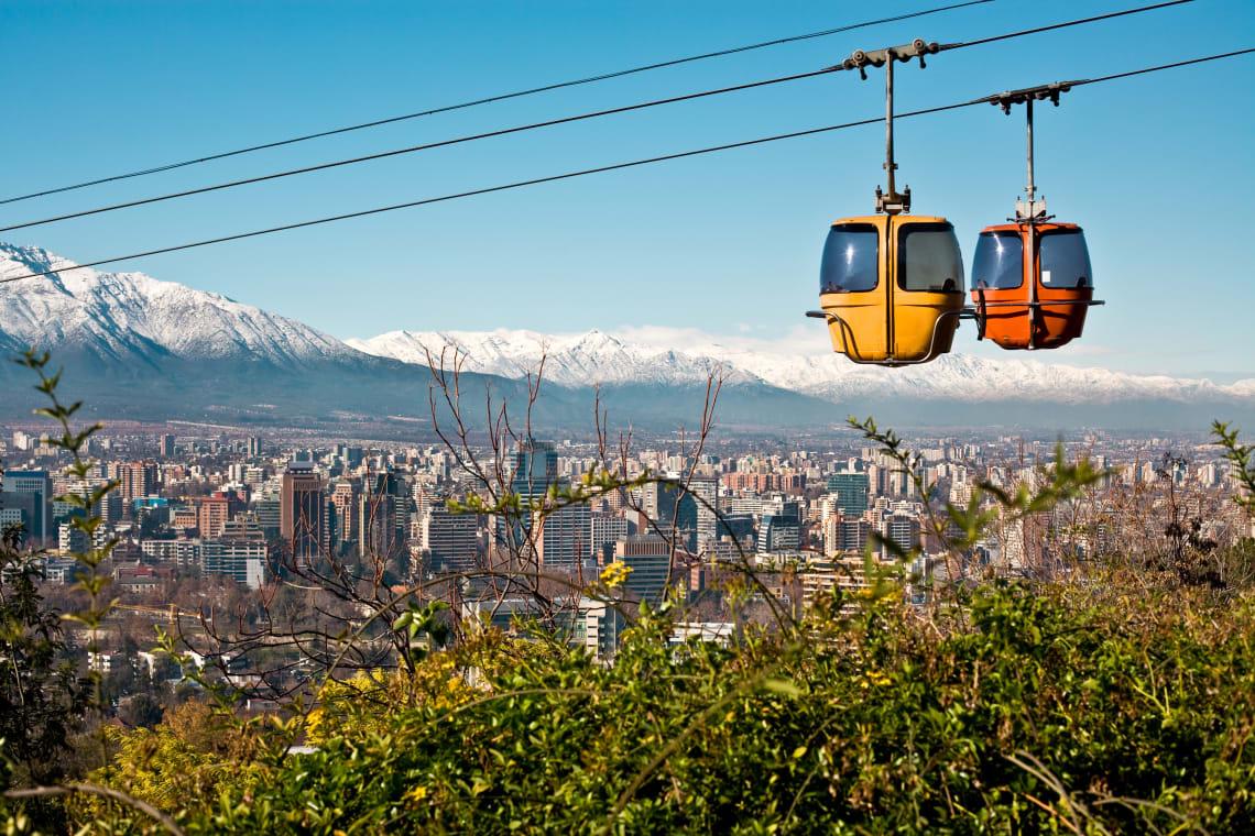 Teleféricos em dia ensolarado em Santiago