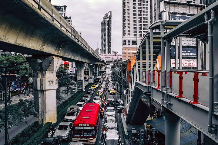 La guía completa para viajar a Bangkok - Worldpackers - trafico autos en bangkok