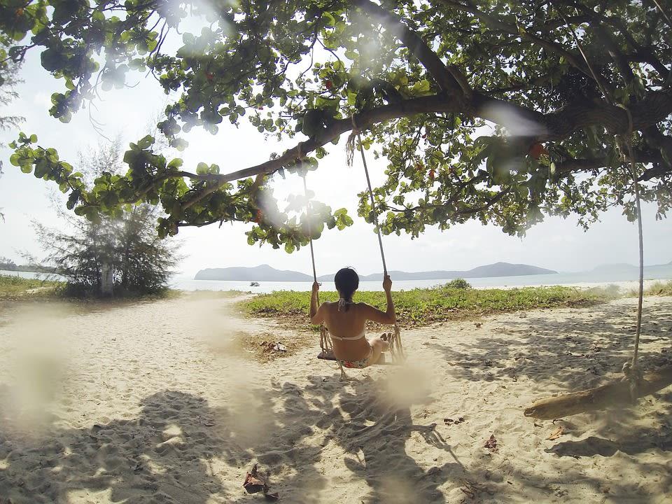 Viajar sola por Brasil haciendo voluntariados con Woldpackers - mujer playa Brasil viajando sola