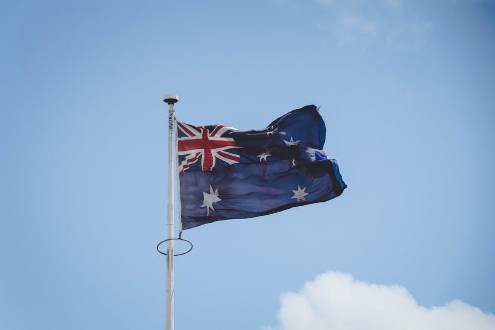 Cómo viajar barato por Australia: itinerarios, consejos y demás - Worldpackers - bandera de Australia volando