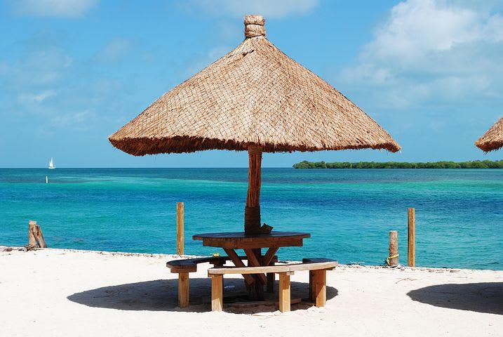 Ruta para recorrer Centroamérica como mochilero - Worldpackers - playa con mar azul cristalino en belice