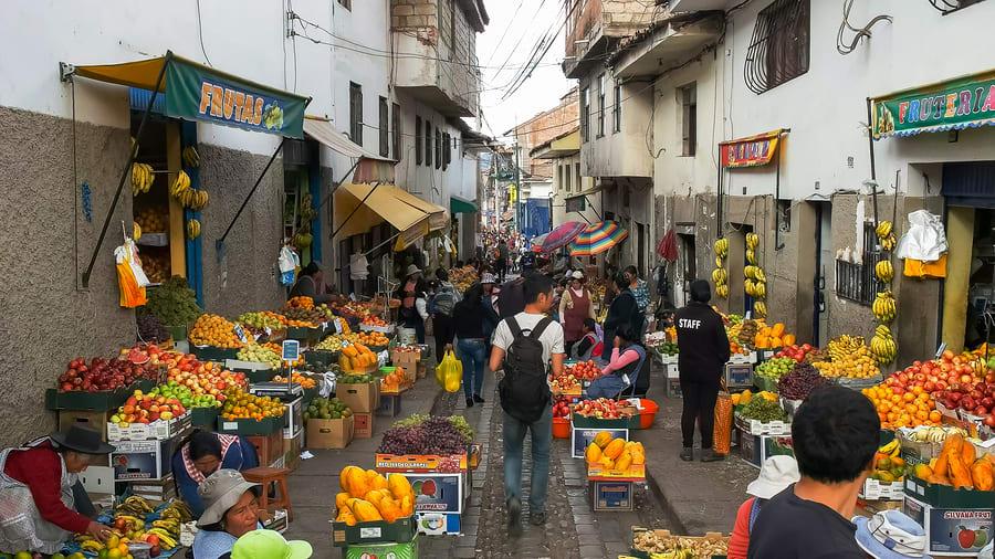 Mercados de rua são a melhor opção para comer barato em Cusco