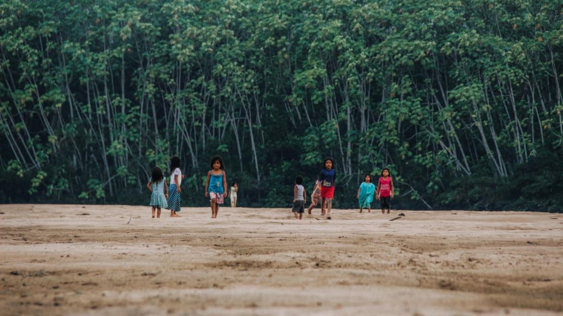 Cómo apoyar a la Selva Amazónica con un voluntariado - Worldpackers - niños jugando en el amazonas