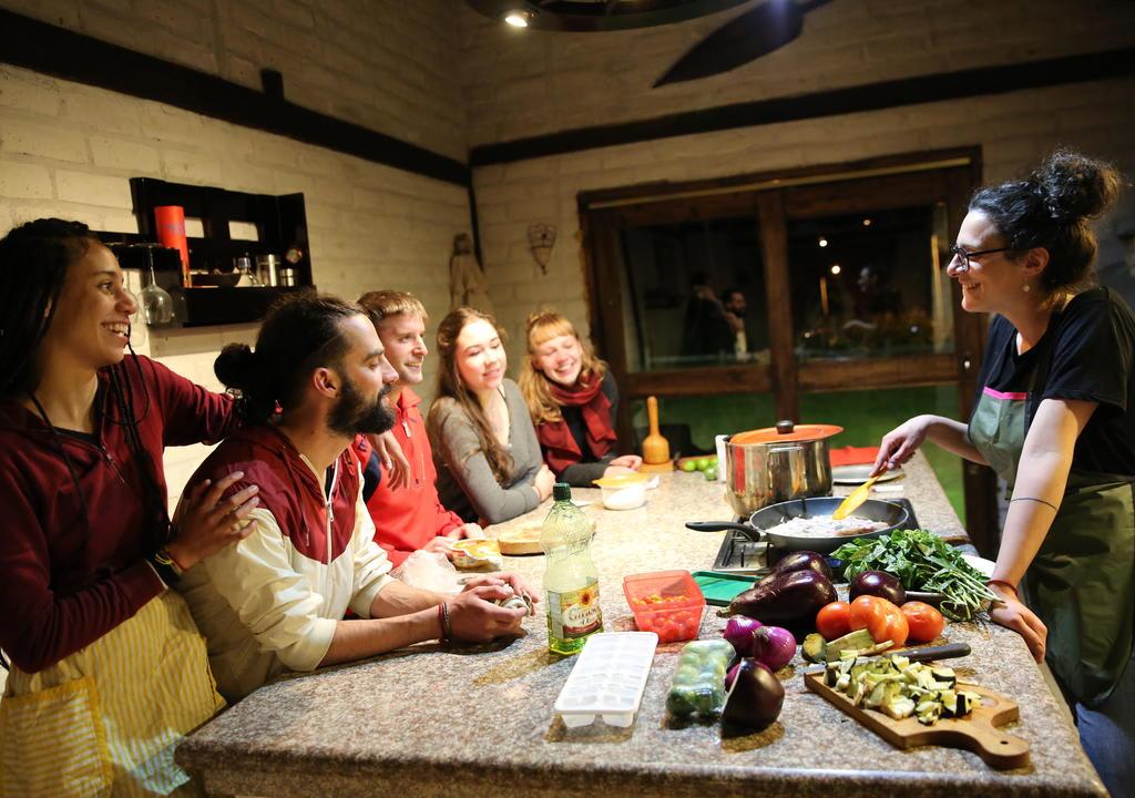 viajantes preparando o jantar em hostel na Irlanda