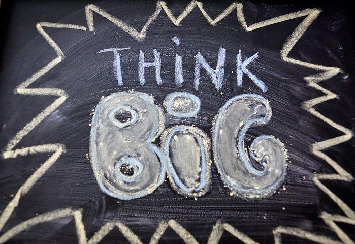 40 consejos para viajeros que tienen miedo de hablar inglés - Worldpackers - tablero con letras en inglés think big