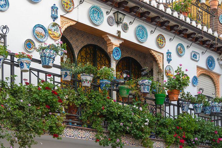 Guía para visitar Granada: todo lo que debes saber - Worldpackers - paredes y fachadas en barrio de Granada