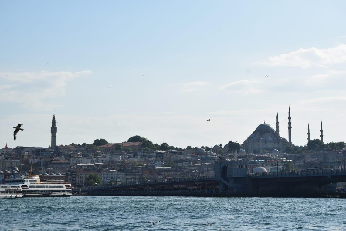 Todo lo que debes saber antes de viajar a Estambul - Worldpackers - vista de estambul desde un barco