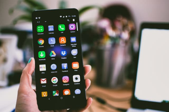 Imagem da tela de um celular e seus aplicativos