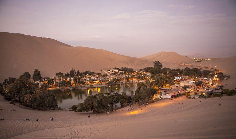 ¿Cuánto cuesta viajar a Perú?: la guía completa - Worldpackers - oasis de la huacachina al atardecer