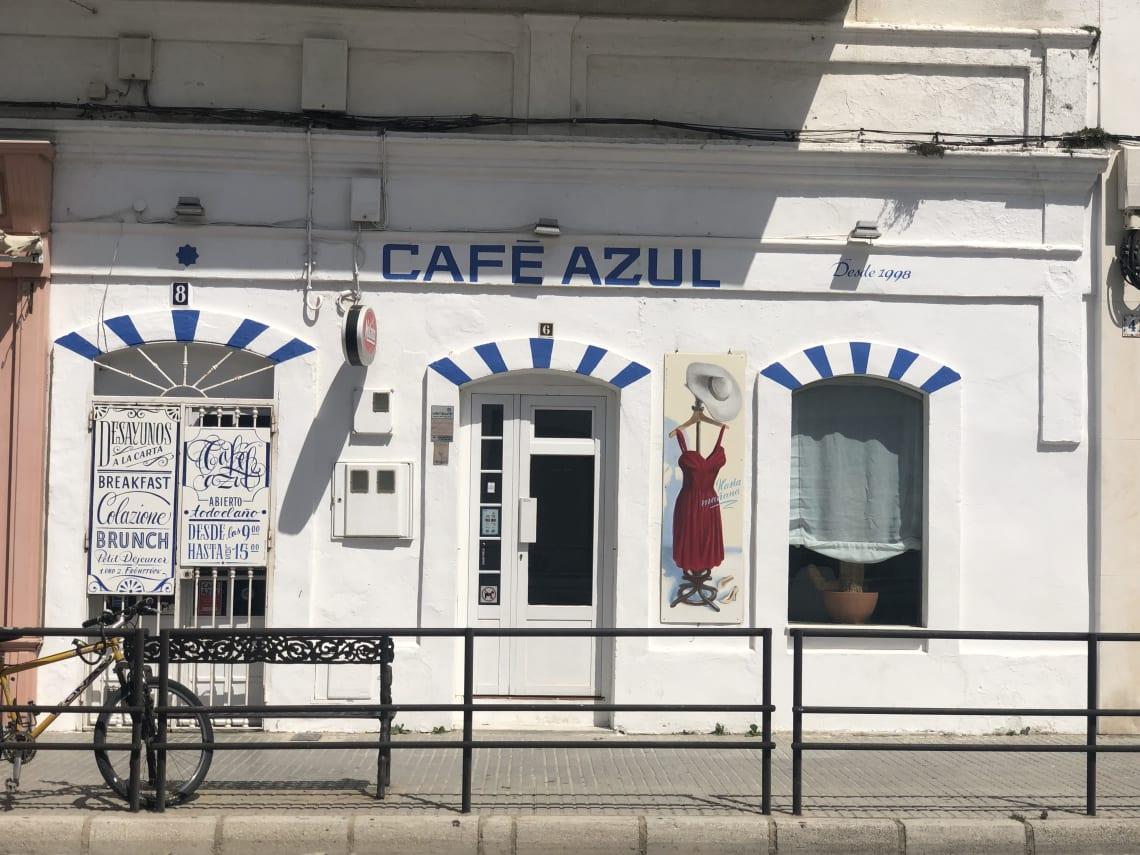 Guía completa para viajar a Tarifa - worldpackers - vitrinas en una calle de Tarifa