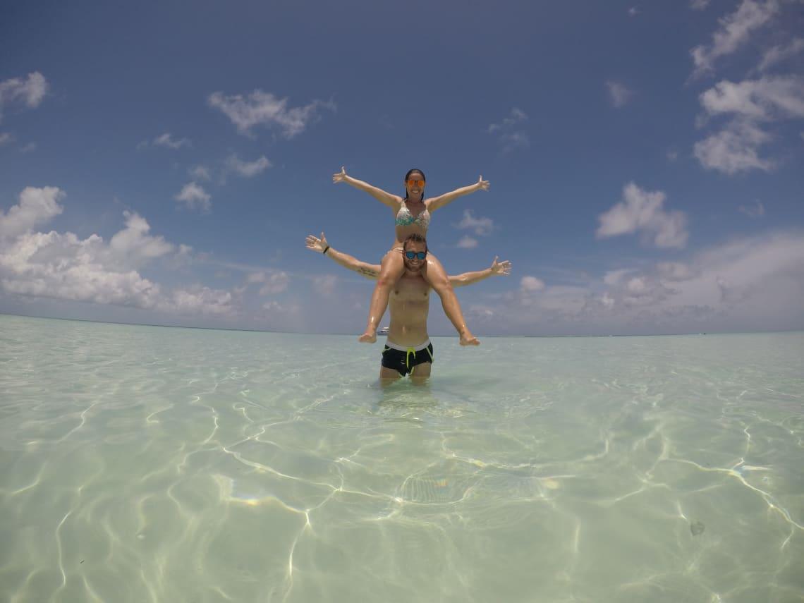 Cómo viajar a Asia con poco dinero - Worldpackers- playa en Maldivas