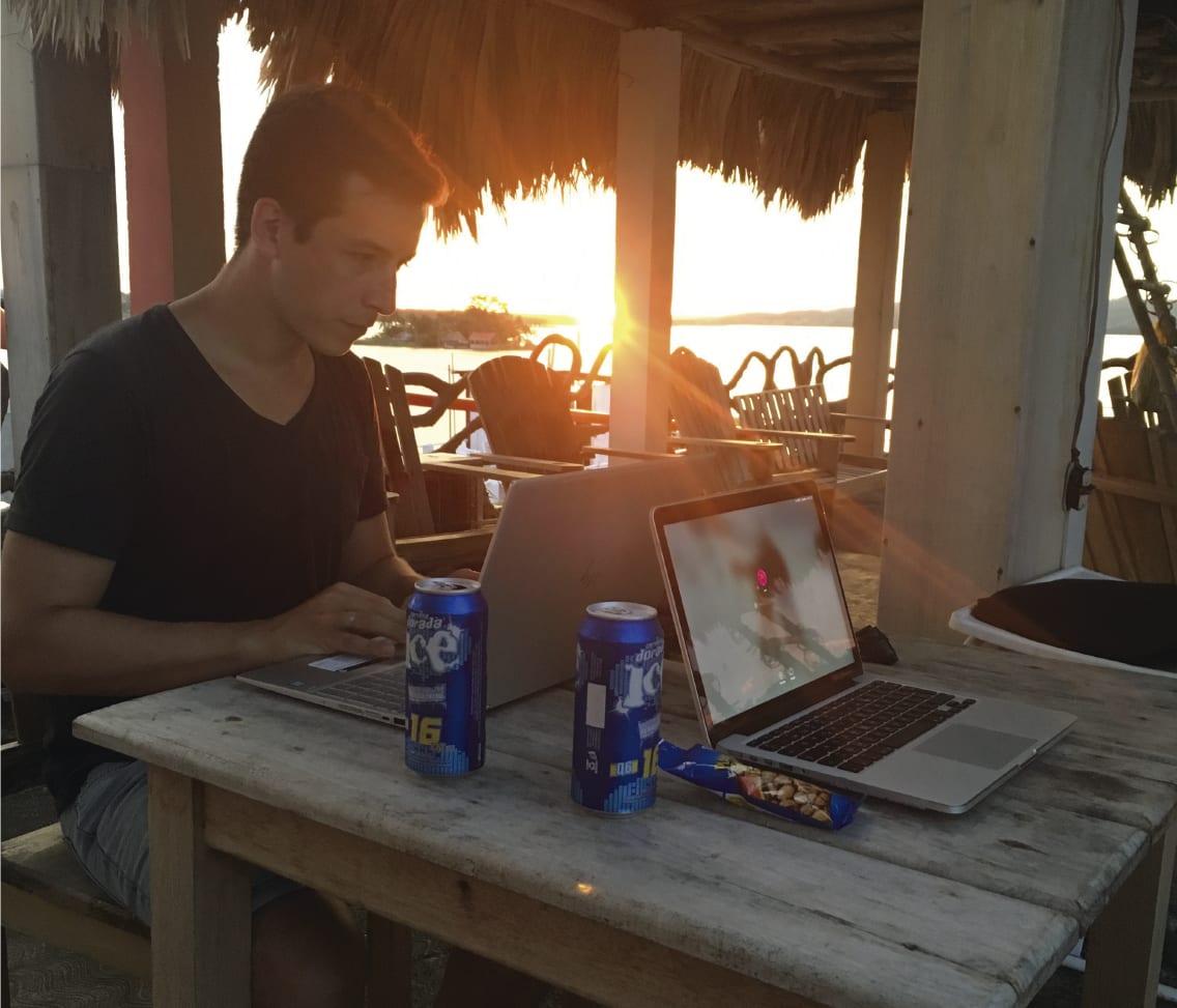 Cómo convertirte en nómada digital - Worldpackers - trabajando en la playa