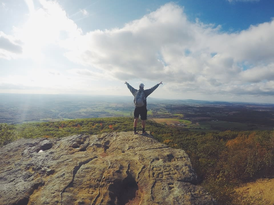 Ideas para financiar un año sabático - Worldpackers - viajero en la montaña