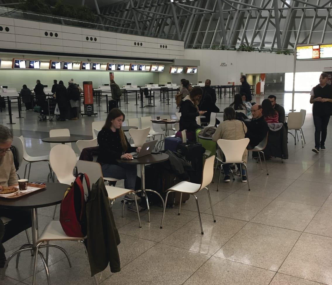 Cómo convertirte en nómada digital - Worldpackers - trabajando en un aeropuerto
