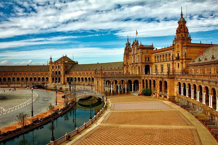 Rutas para recorrer España como mochilero - Worldpackers - Plaza de España en Sevilla