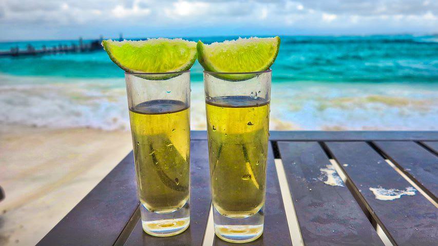 Todo lo que debes saber antes de viajar a Cancún: guía completa - Worldpackers - tragos de tequila con limón en cancun