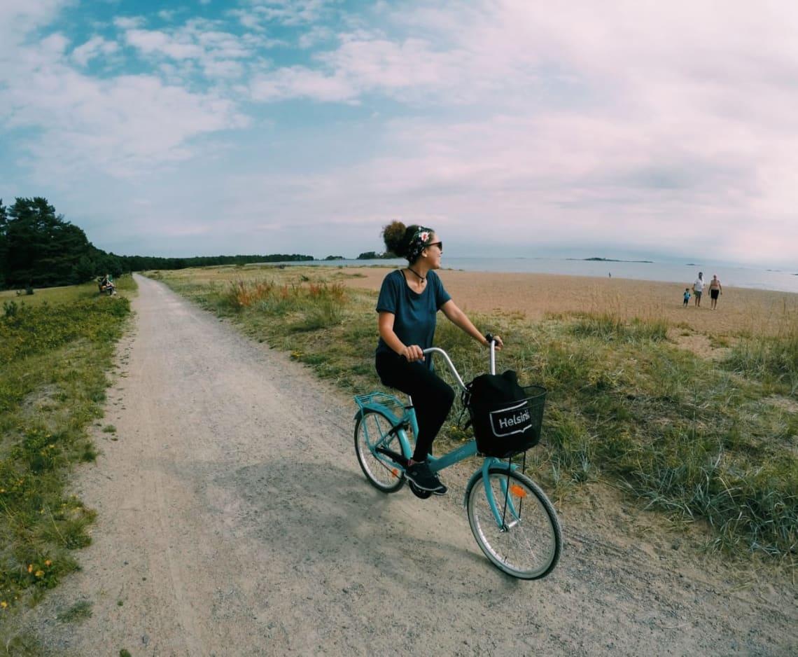 Luísa curtindo o tempo livre andando de bicicleta