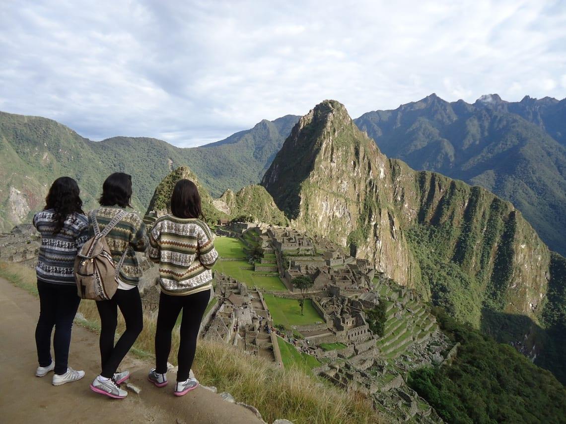 Los 5 destinos más baratos en Sudamérica para viajar con menos de $5 por día - Worldpackers - viajeras mochileras en machu picchu