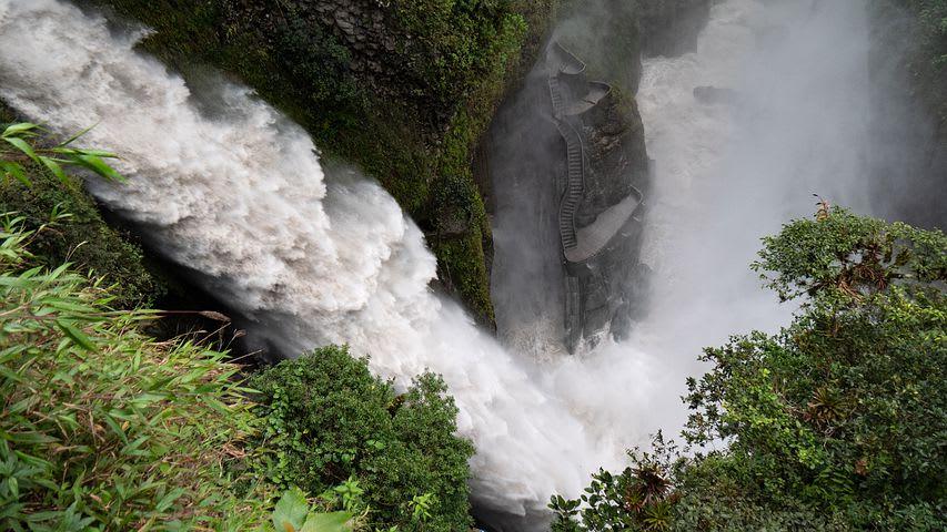 Los mejores 10 destinos de Sudamérica para mochileros - Worldpackers - cascada en baños ecuador, pailon del diablo
