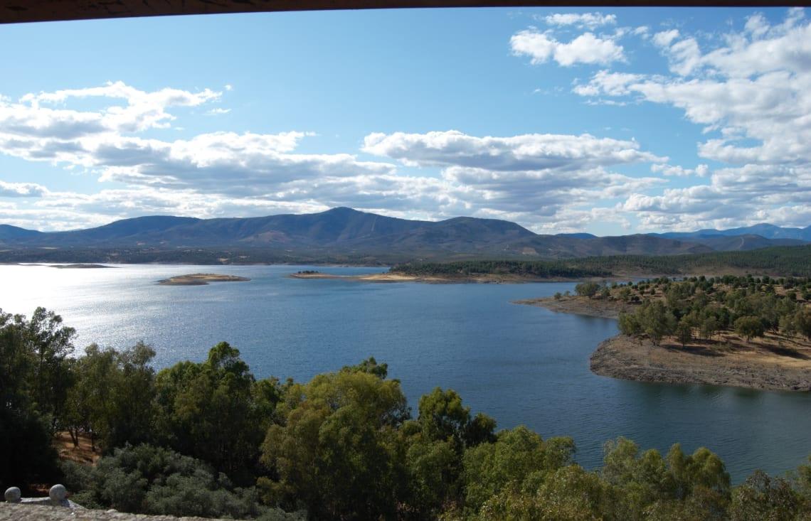 Rutas para recorrer España como mochilero - Worldpackers - lago con montaña atrás