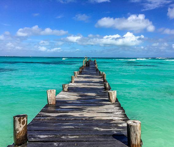 Todo lo que debes saber antes de viajar a Cancún: guía completa - Worldpackers - muelle en playa de cancún