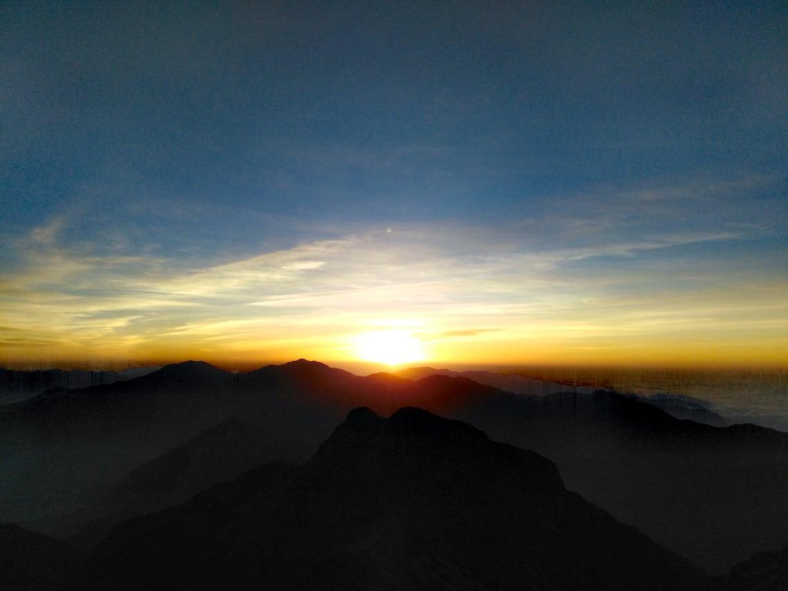 Nascer do sol no topo de uma montanha