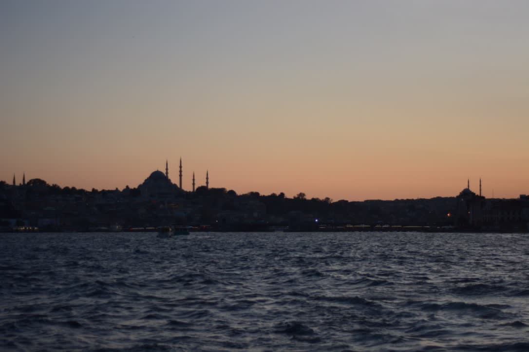 Todo lo que debes saber antes de viajar a Estambul - Worldpackers - atardecer en el mar en estambul