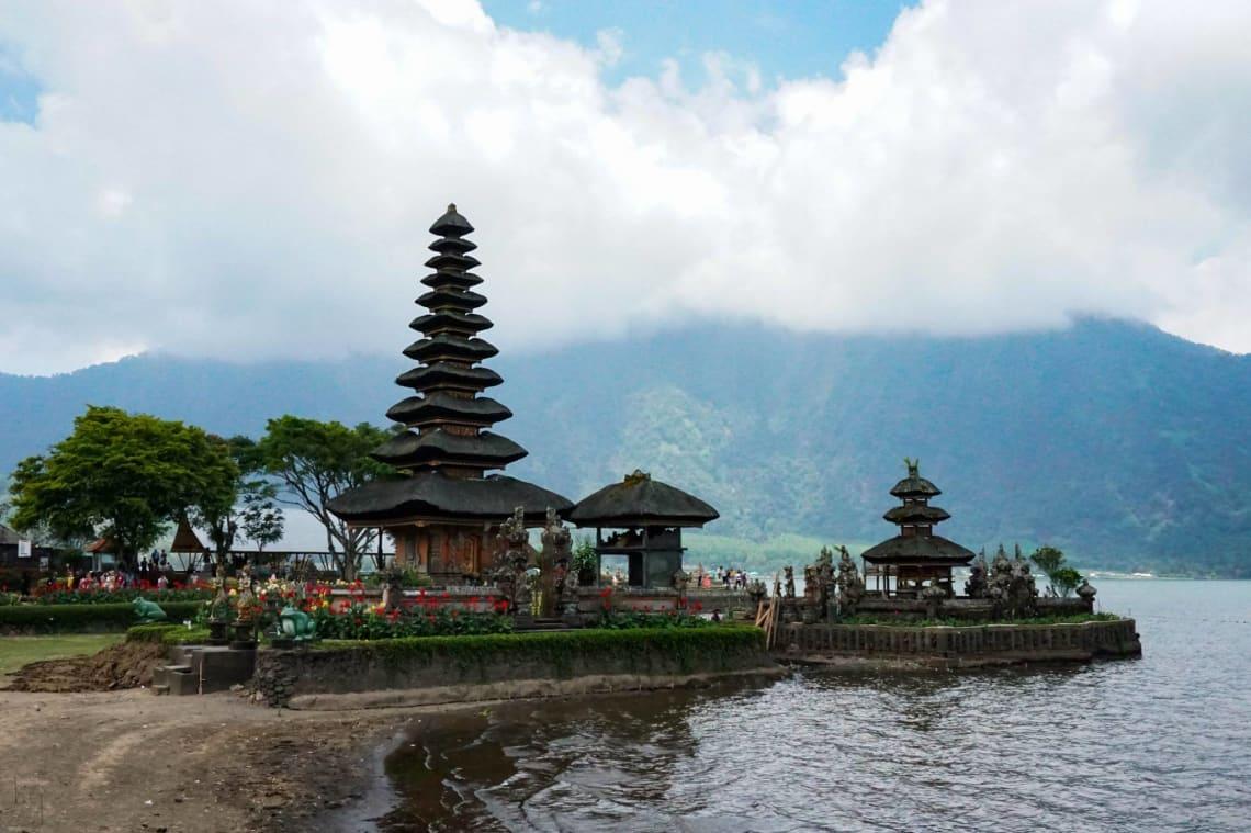 Consejos para viajar a Bali como mochilero - Worldpackers - templo en la isla de Bali