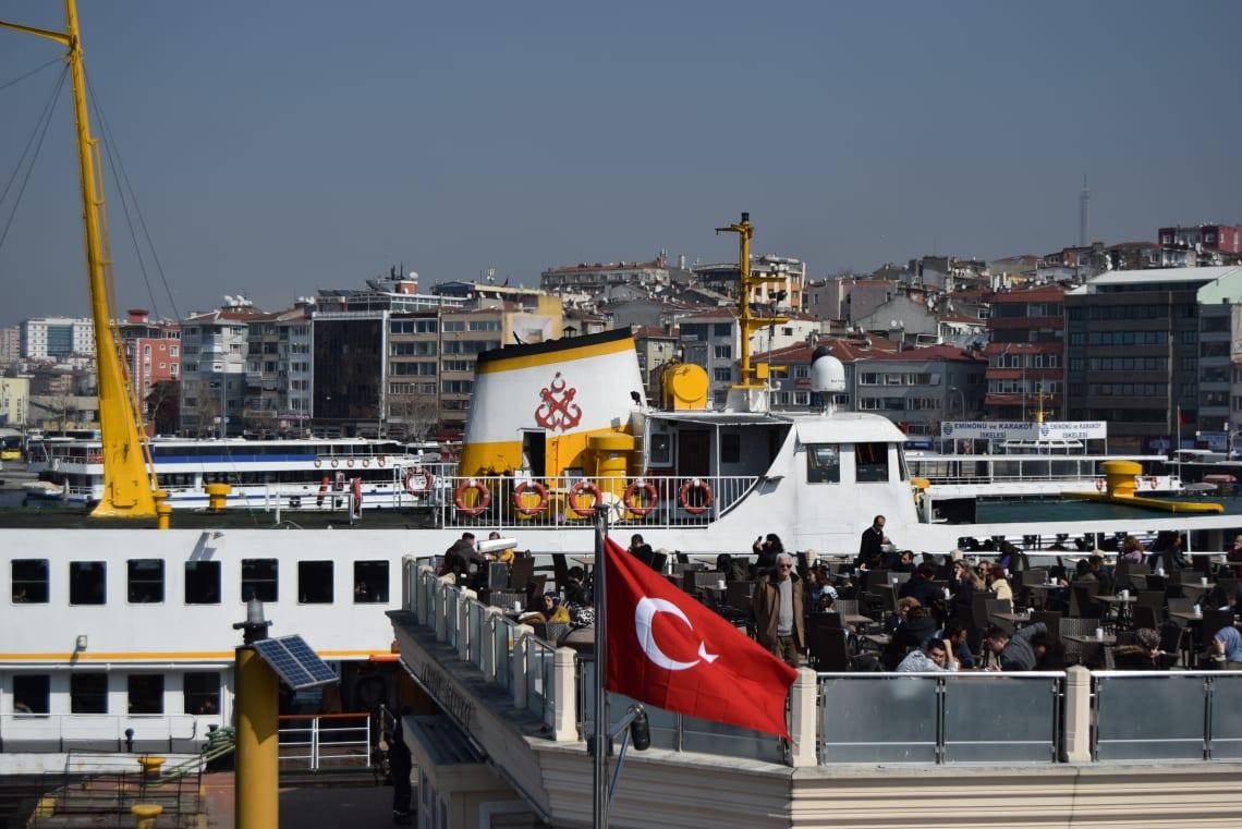 Todo lo que debes saber antes de viajar a Estambul - Worldpackers - barco en estambul sobre el bosforo