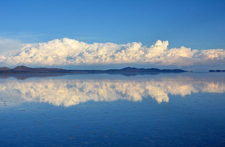 Los países más baratos de Sudamérica para viajar - Worldpackers - salar de uyuni con agua