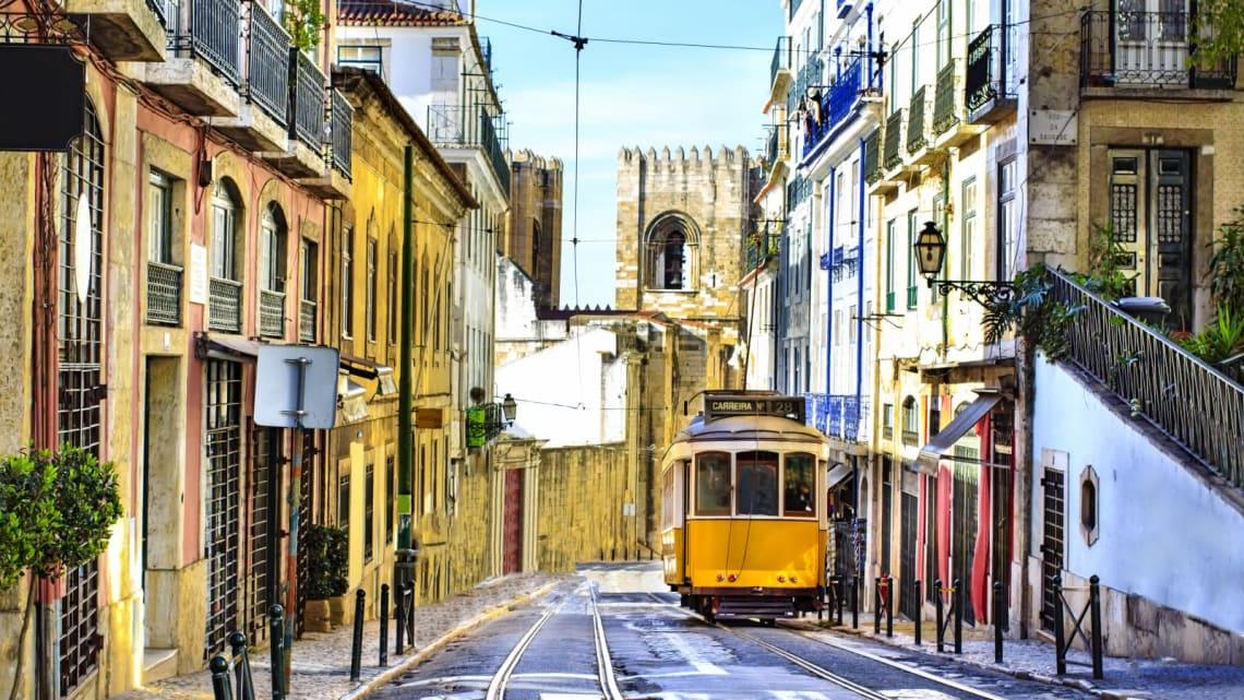 Mejores destinos para viajar solo y barato - Worldpackers - calle en Lisboa Portugal
