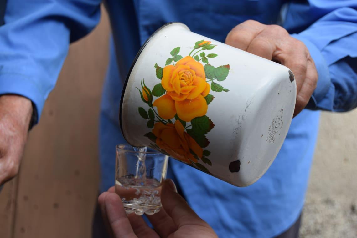 Qué debes saber antes de viajar a Georgia - Worldpackers -Chacha de melocotón hecha en casa por el octogenario Irakli
