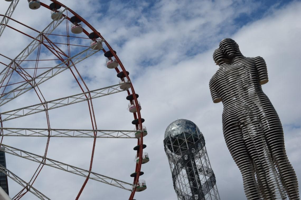 Qué debes saber antes de viajar a Georgia - Worldpackers - Noria, torre del alfabeto georgiano y la escultura de Alí y Nino en Batumi