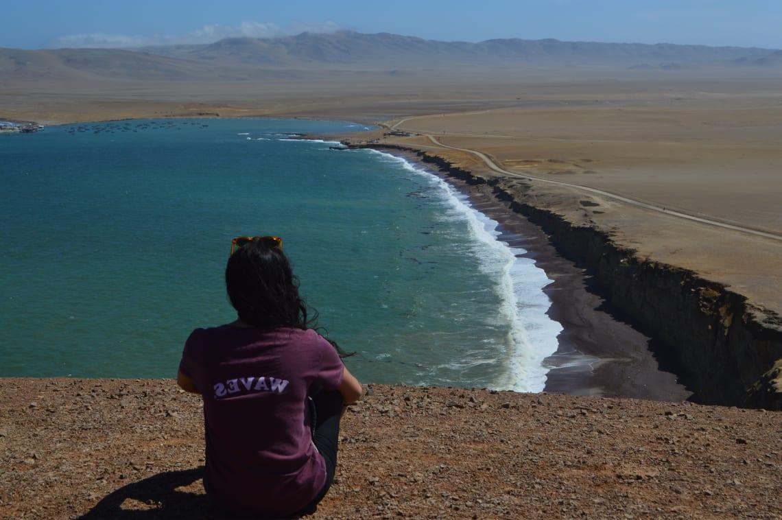 Ruta mochilera para visitar Perú: qué hacer y recomendaciones - Worldpackers - mujer en Paracas en Perú