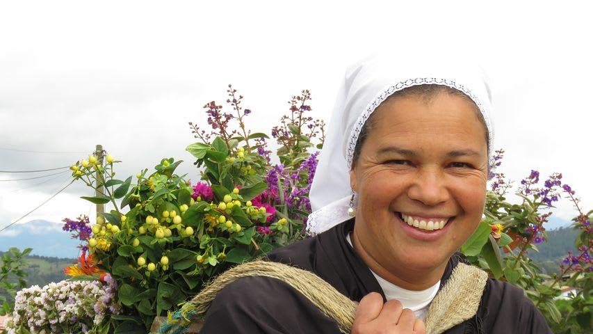 14 cosas que hacer en Medellín con poco dinero - Worldpackers - silletera en feria de flores en medellin