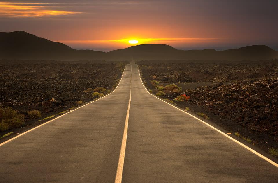 Cómo viajar sin gastar dinero - Worldpackers - carretera con atardecer
