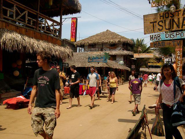 Los mejores 10 destinos de Sudamérica para mochileros - Worldpackers - calle en montañita ecuador