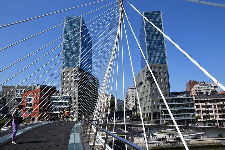 Qué ver y hacer en Bilbao: 15 cosas que no te puedes perder - Worldpackers - puente Zubizuri