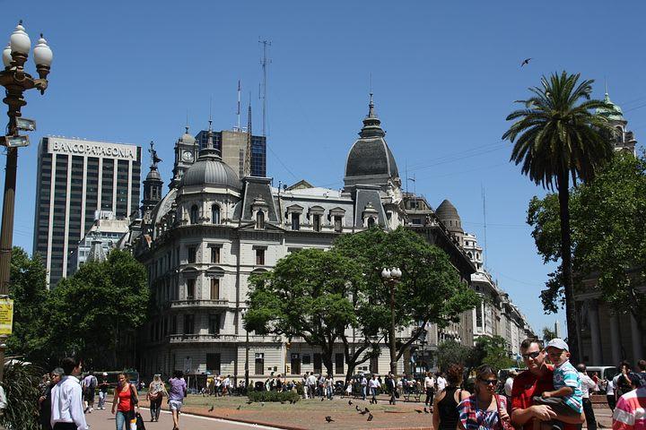 10 cosas que hacer en Buenos Aires con poco dinero - Worldpackers - fachada de un edificio en Buenos Aires